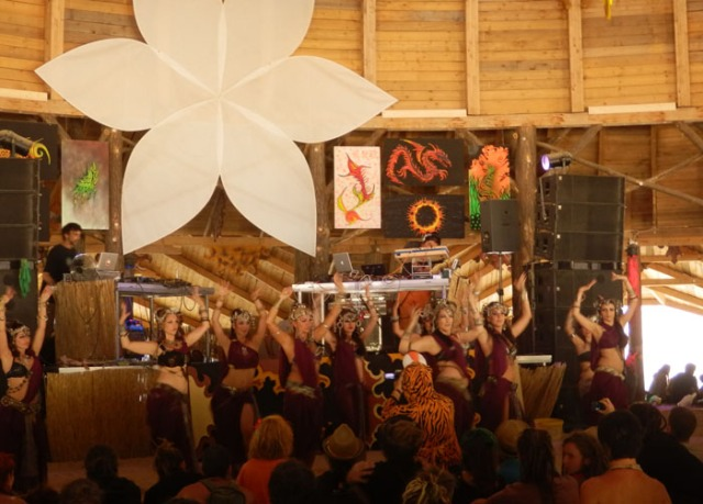 Attraktiv Kollektiva perform to a live set by Dubsahara at Ozora Festival 2013 (Photo credit: Yumiko Watanabe