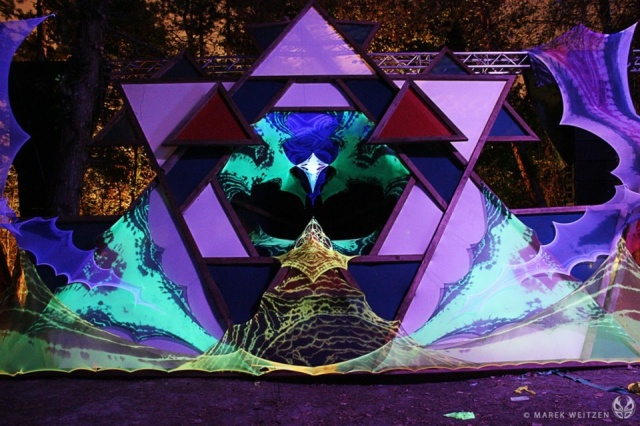 Visuals by Delta Process projected on to stage designed by Looney Moon Deco at the MO:DEM Festival